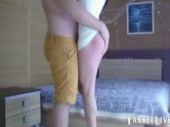 il se filme dans le dos de sa copine